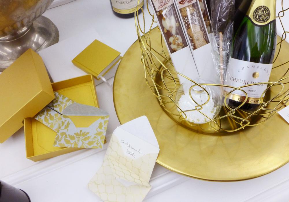 Papierarbeiten + Champagner - alles in Gold
